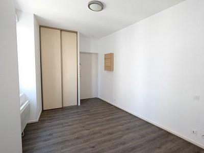 STUDIO A LOUER - ST ETIENNE Place Badouillere - 17,31 m2 - 295 € charges comprises par mois